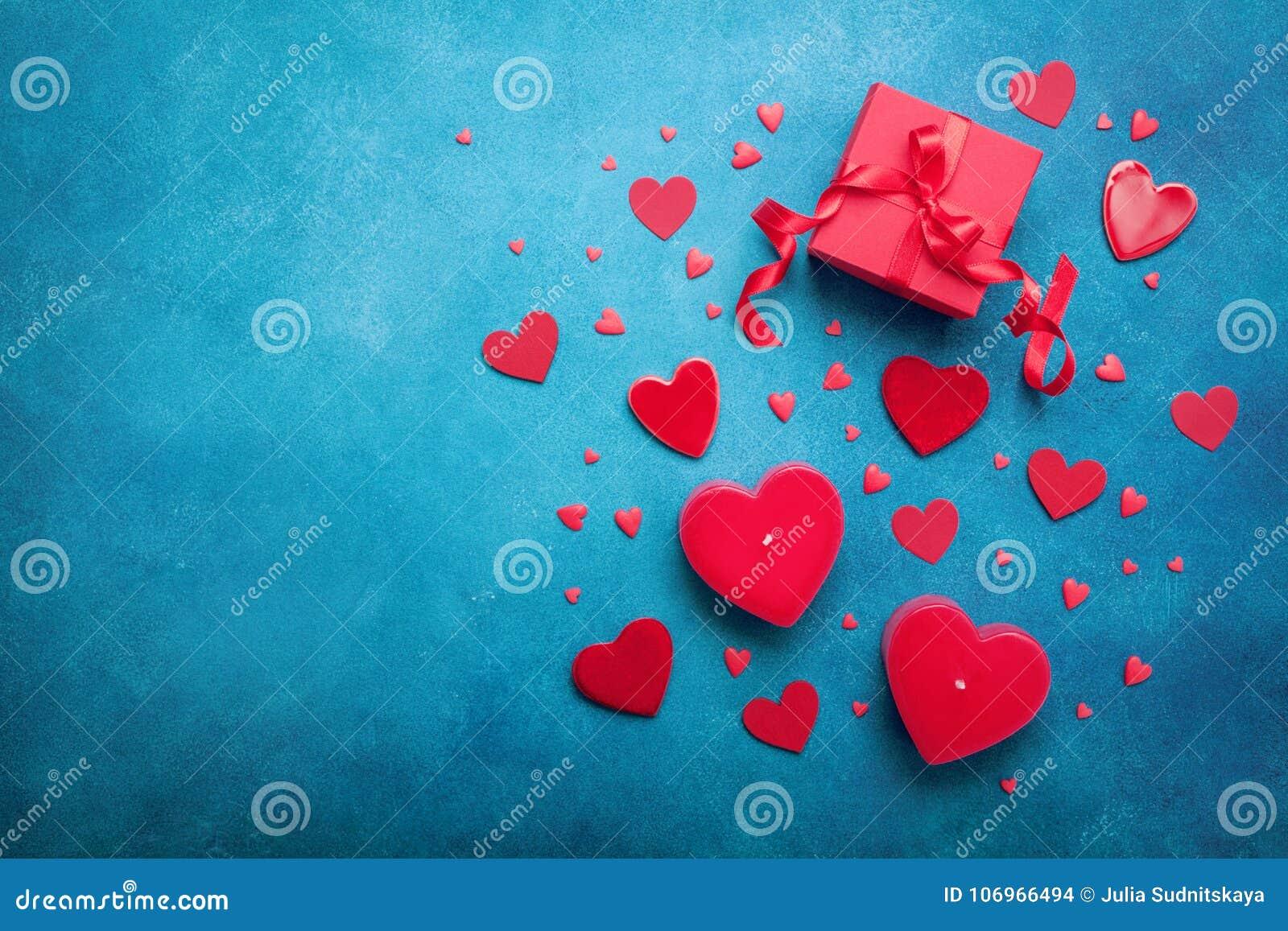 Boîte-cadeau et coeurs rouges pour le fond de jour de valentines Vue supérieure Configuration plate