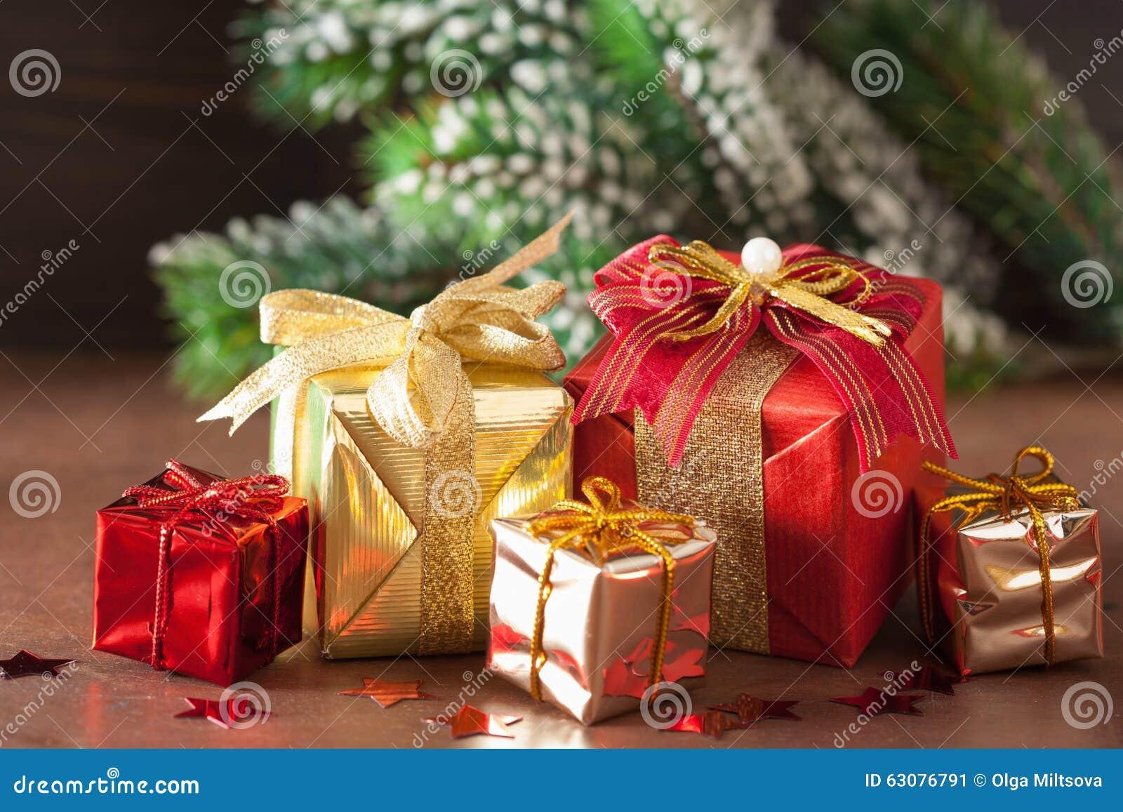 Download Boîte-cadeau Et Décoration Rouges Et D'or De Noël Image stock - Image du bande, rustique: 63076791