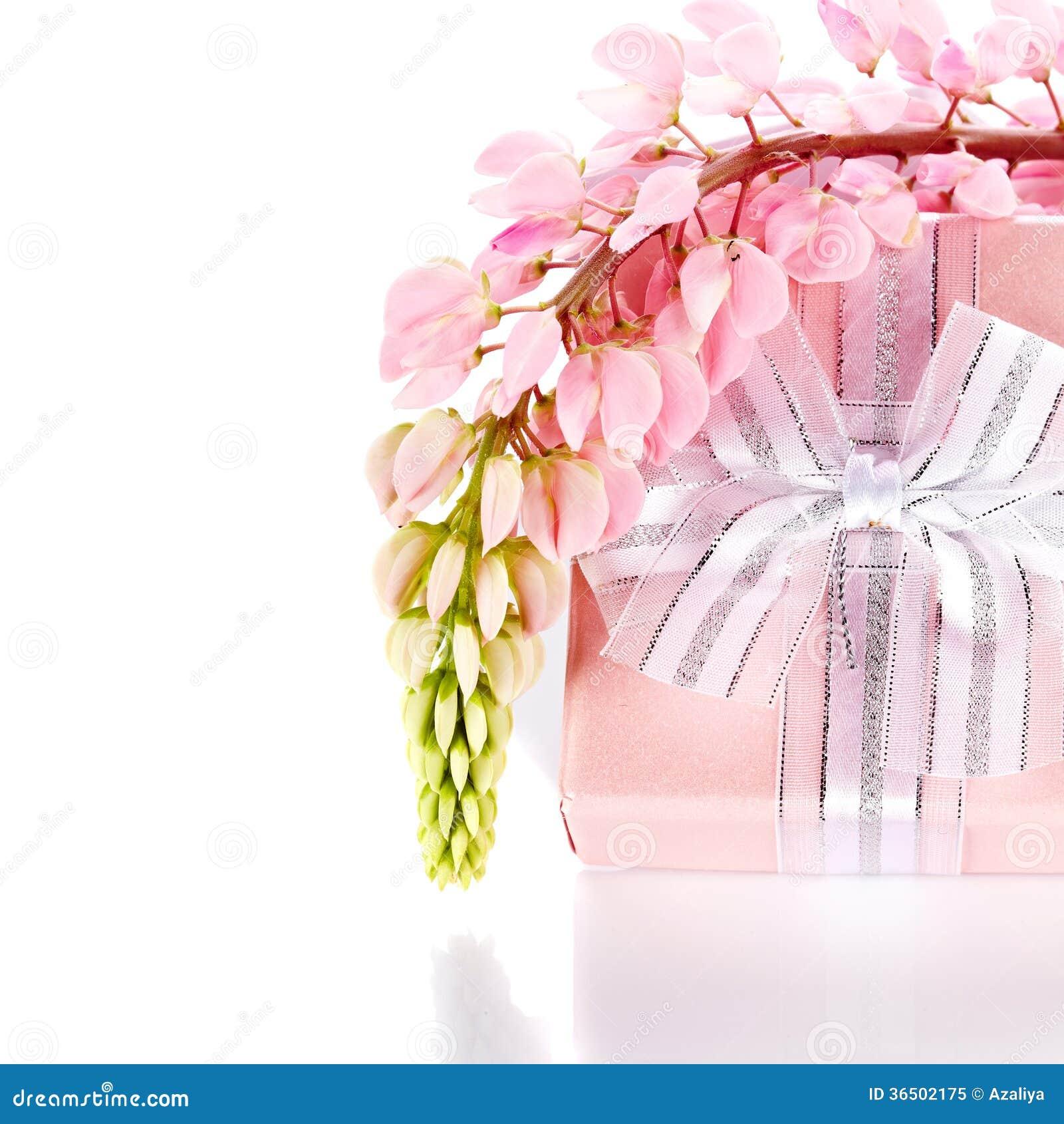 Boîte-cadeau et fleurs de loup.