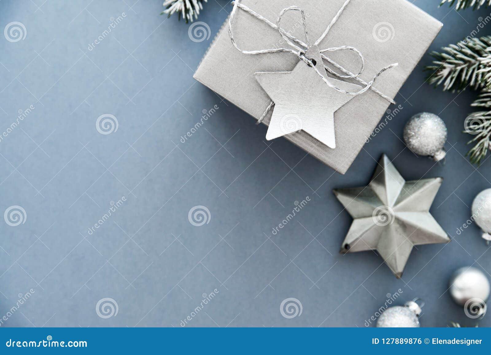 Boîte-cadeau faits main argentés de Noël sur la vue supérieure de fond bleu Carte de voeux de Joyeux Noël, cadre Thème de vacance