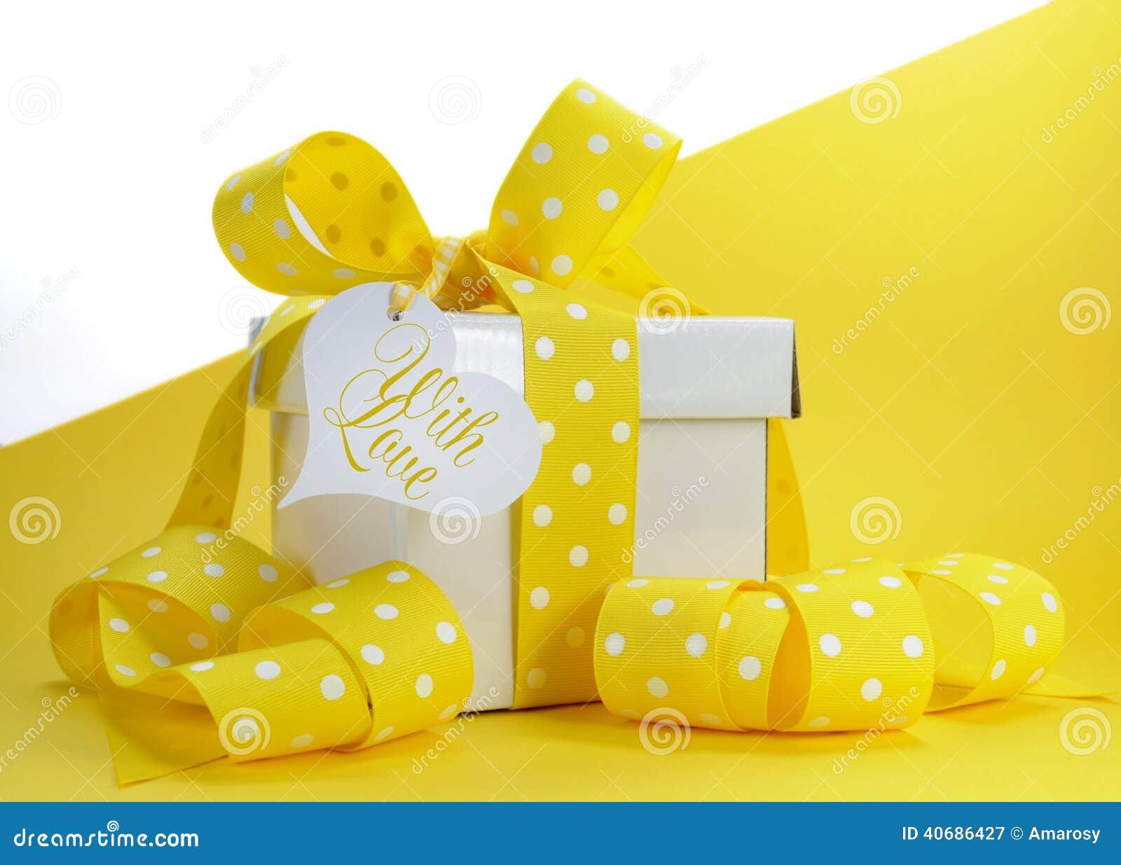 Fille avec le ruban jaune