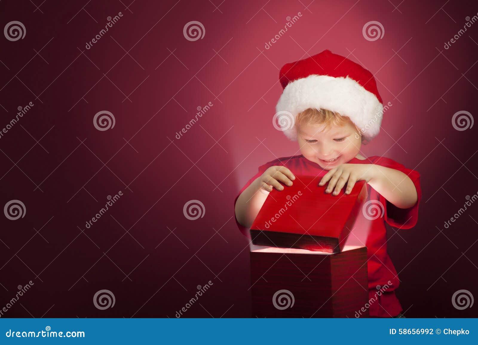 Boîte-cadeau ouvert de Noël de garçon