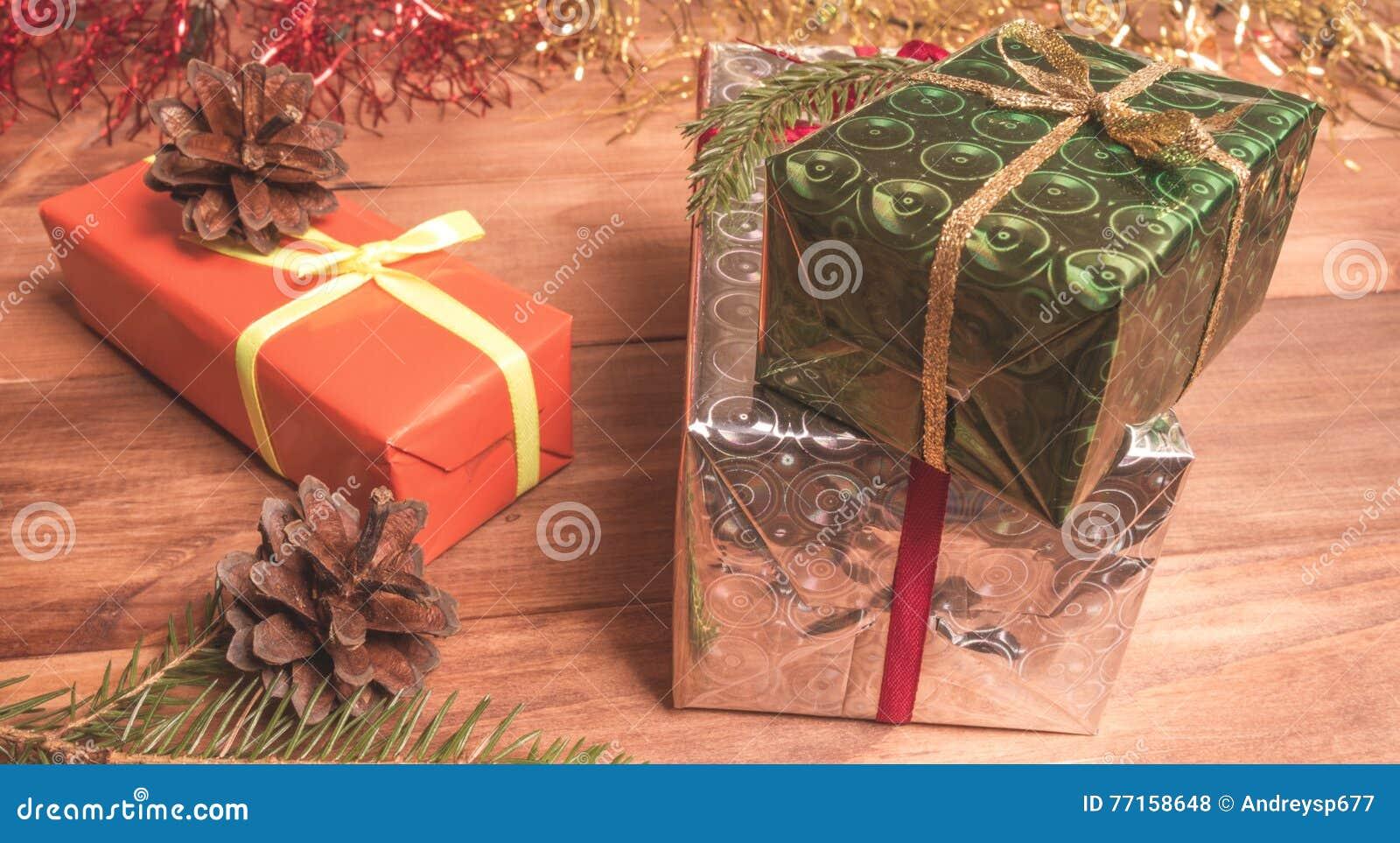Boîte-cadeau parmi la tresse et les cônes de Noël