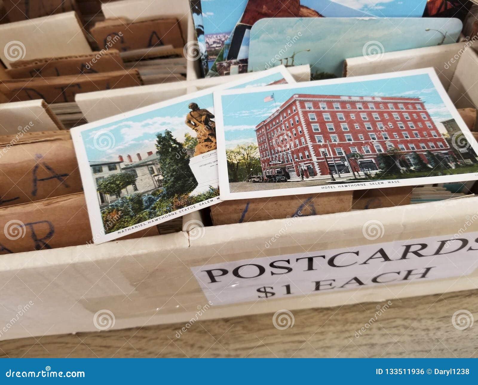 Boîte colorée de vieilles cartes postales