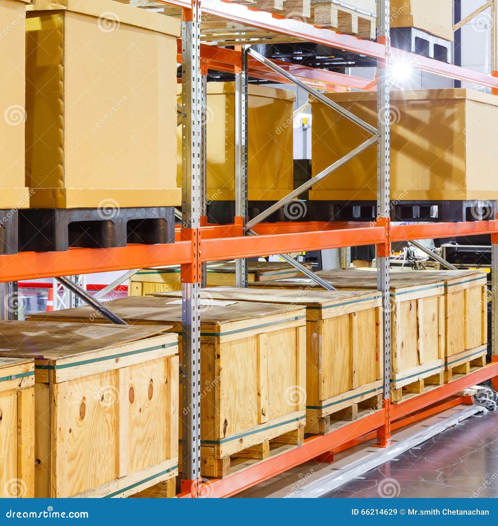 Boîte de cargaison sur le système en acier d étagère dans l entrepôt