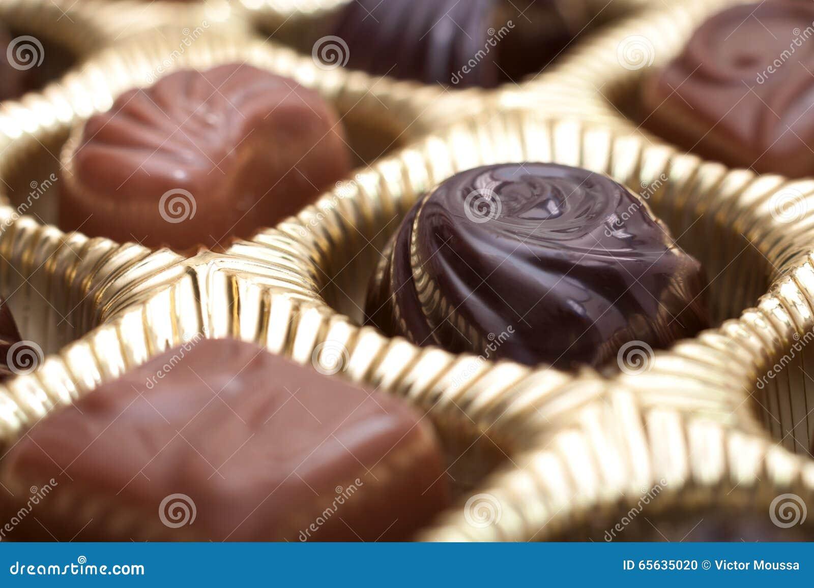 Boîte de chocolats en paquet d or