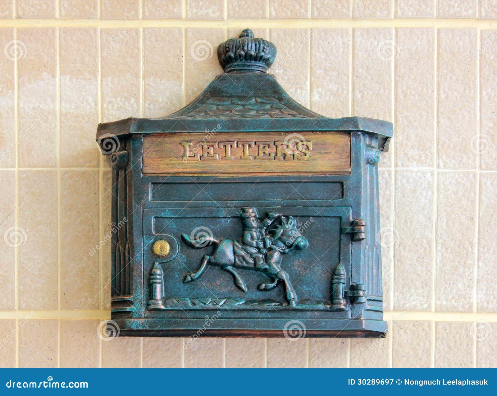 Boîte de lettre antique en métal