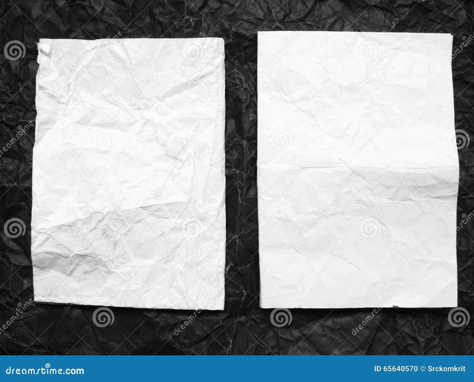 Boîte de papier sur le papier noir chiffonné par blanc