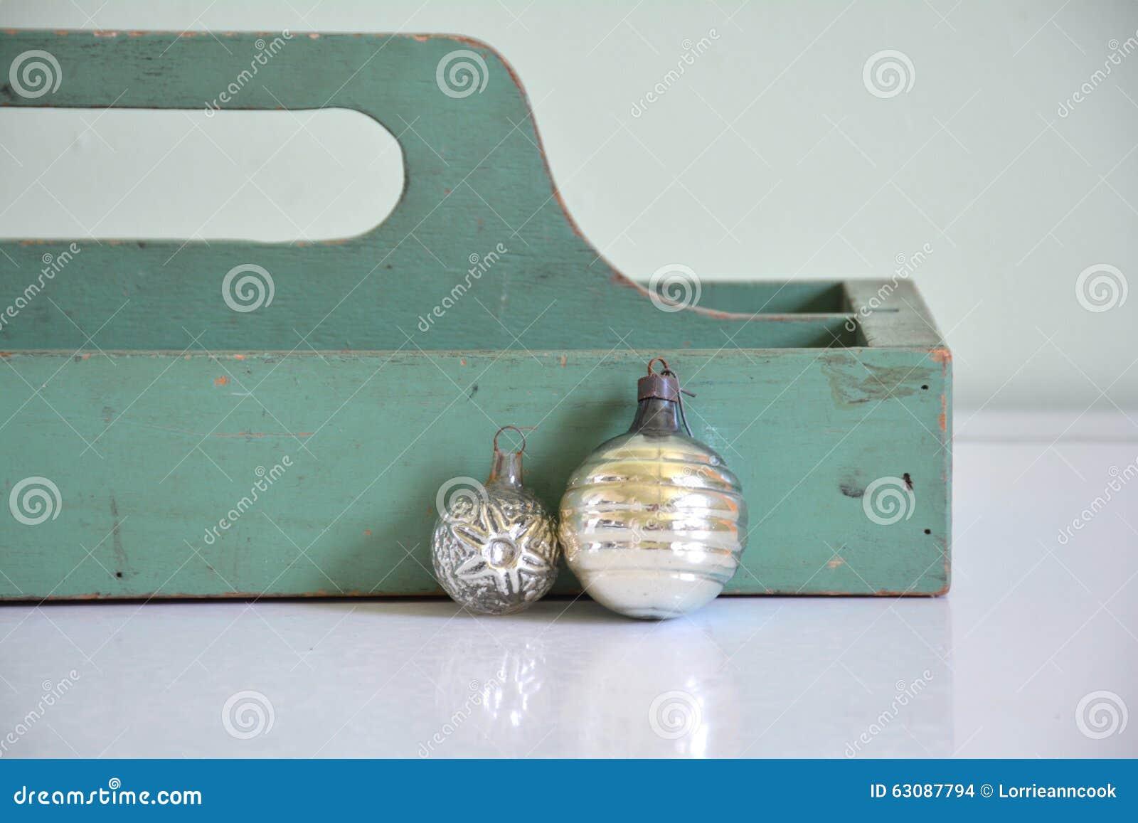 Download Boîte En Bois Antique De Vintage Avec Des Ornements De Noël Photo stock - Image du rustique, argent: 63087794