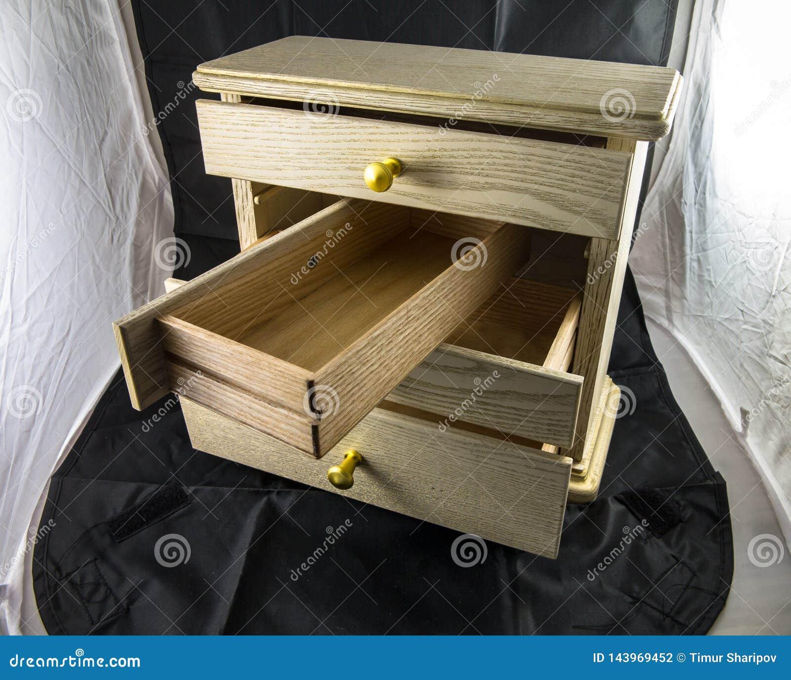 Boîte en bois avec des étagères pour des bijoux