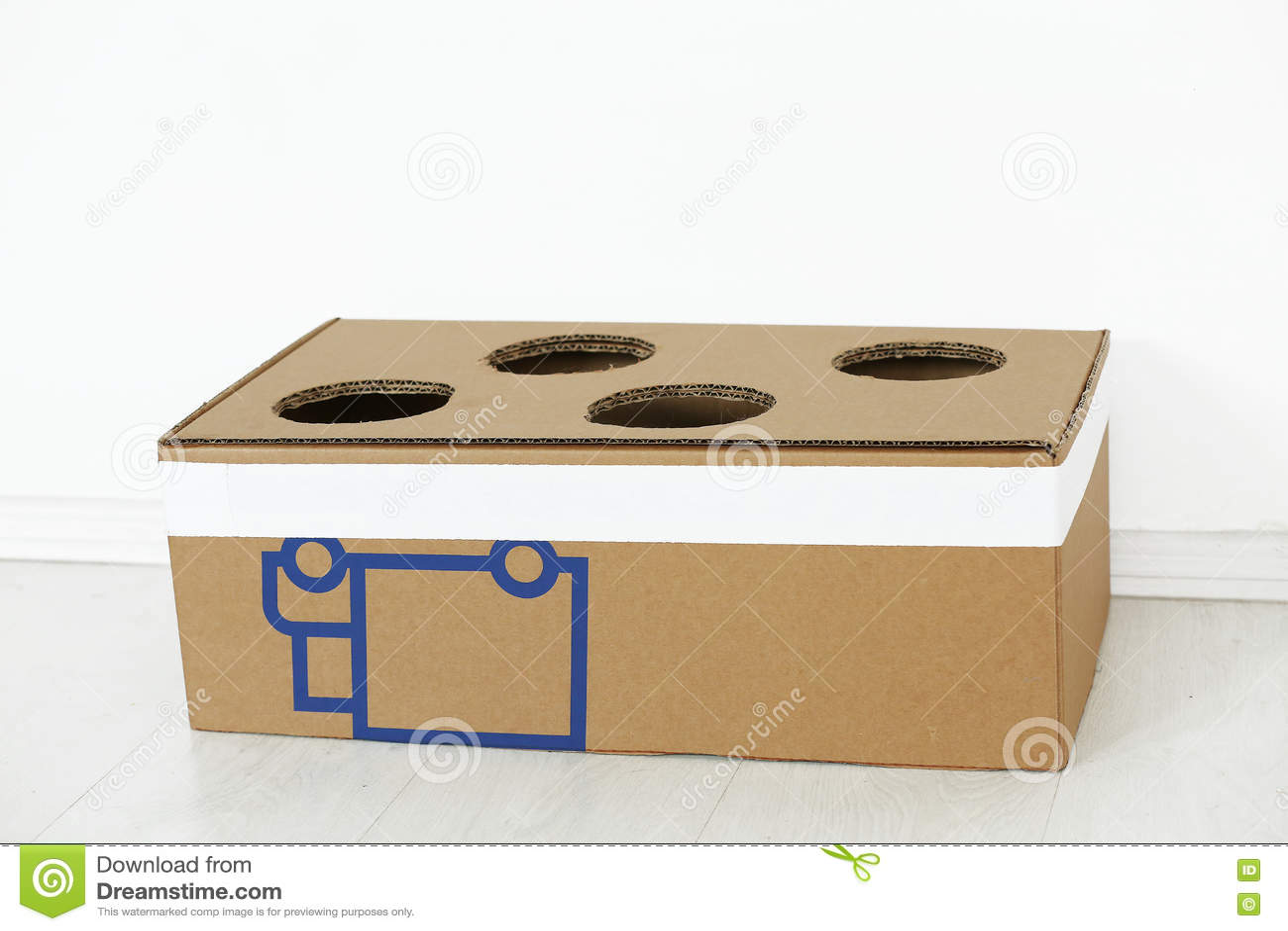 Boîte en carton avec des trous