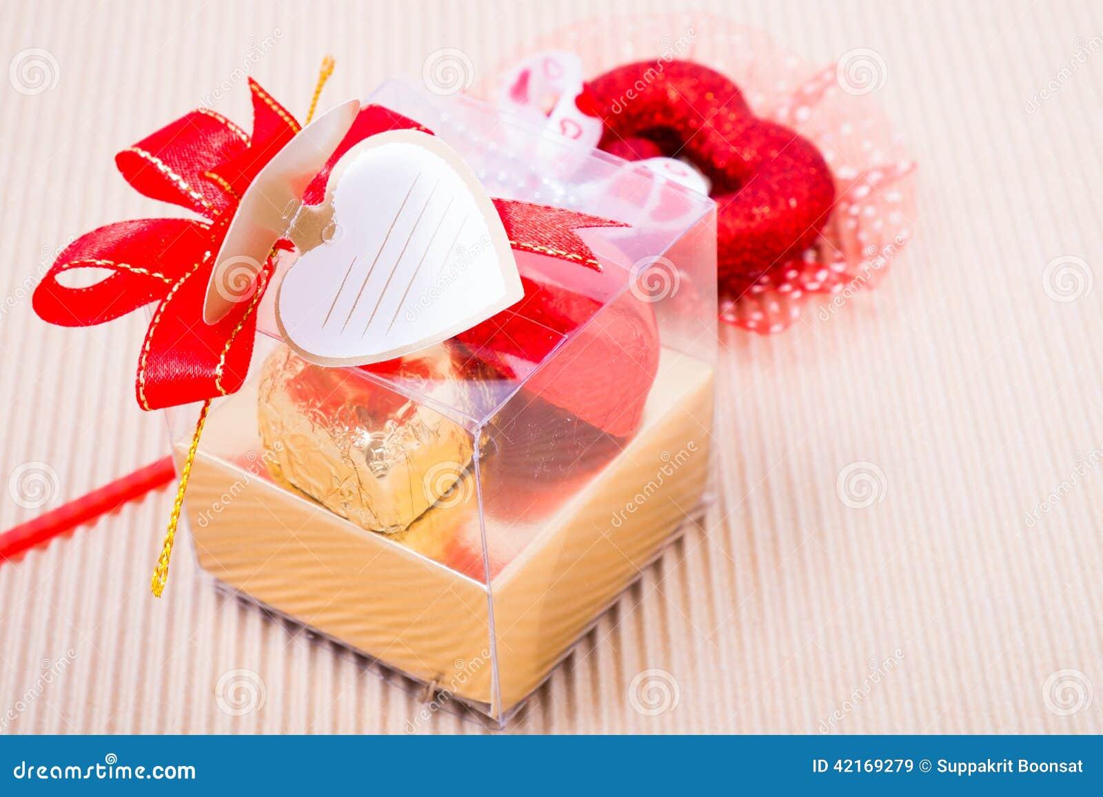 Bo te en forme de coeur chocolats avec la carte vierge for Deco en forme de coeur