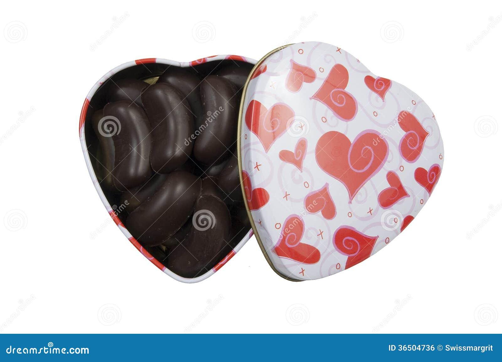 Boîte en forme de coeur remplie de pralines