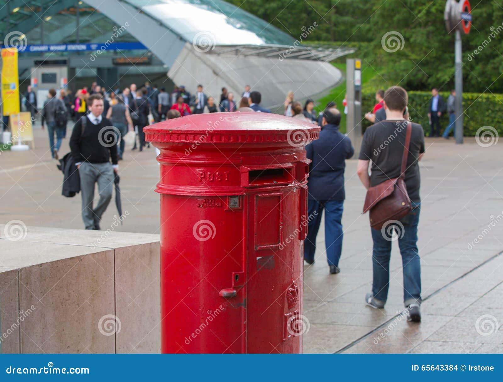 Boîte rouge de courrier de courrier royal à Canary Wharf, Londres