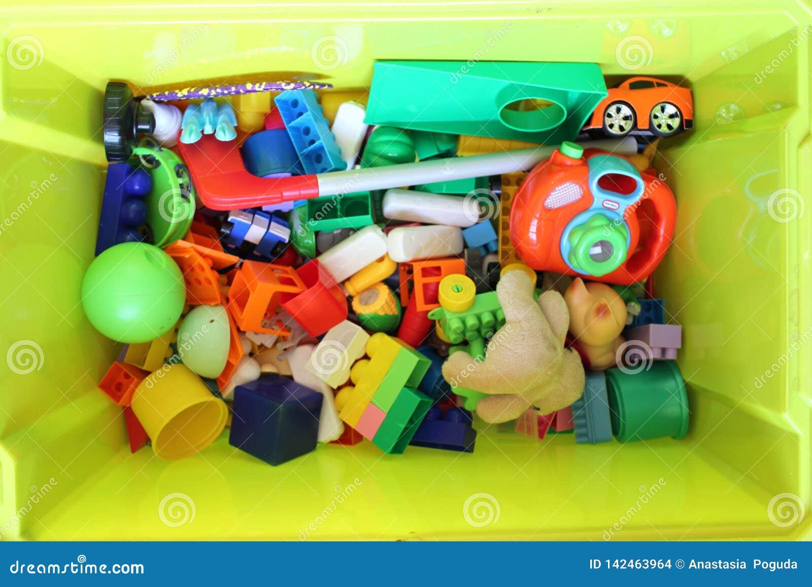 Boîte verte avec des jouets pour enfants