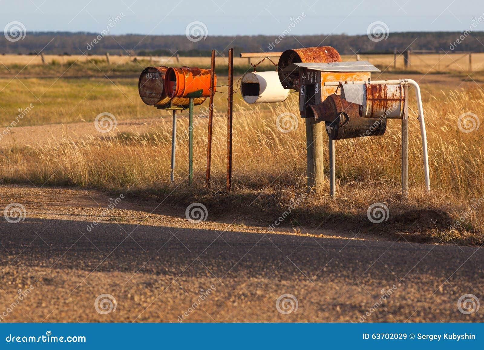 boîtes aux lettres rouillées faites maison de steampunk dans l