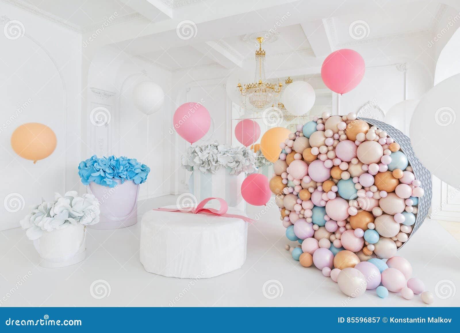 boîtes avec des fleurs et un grand pudrinitsa avec des boules et