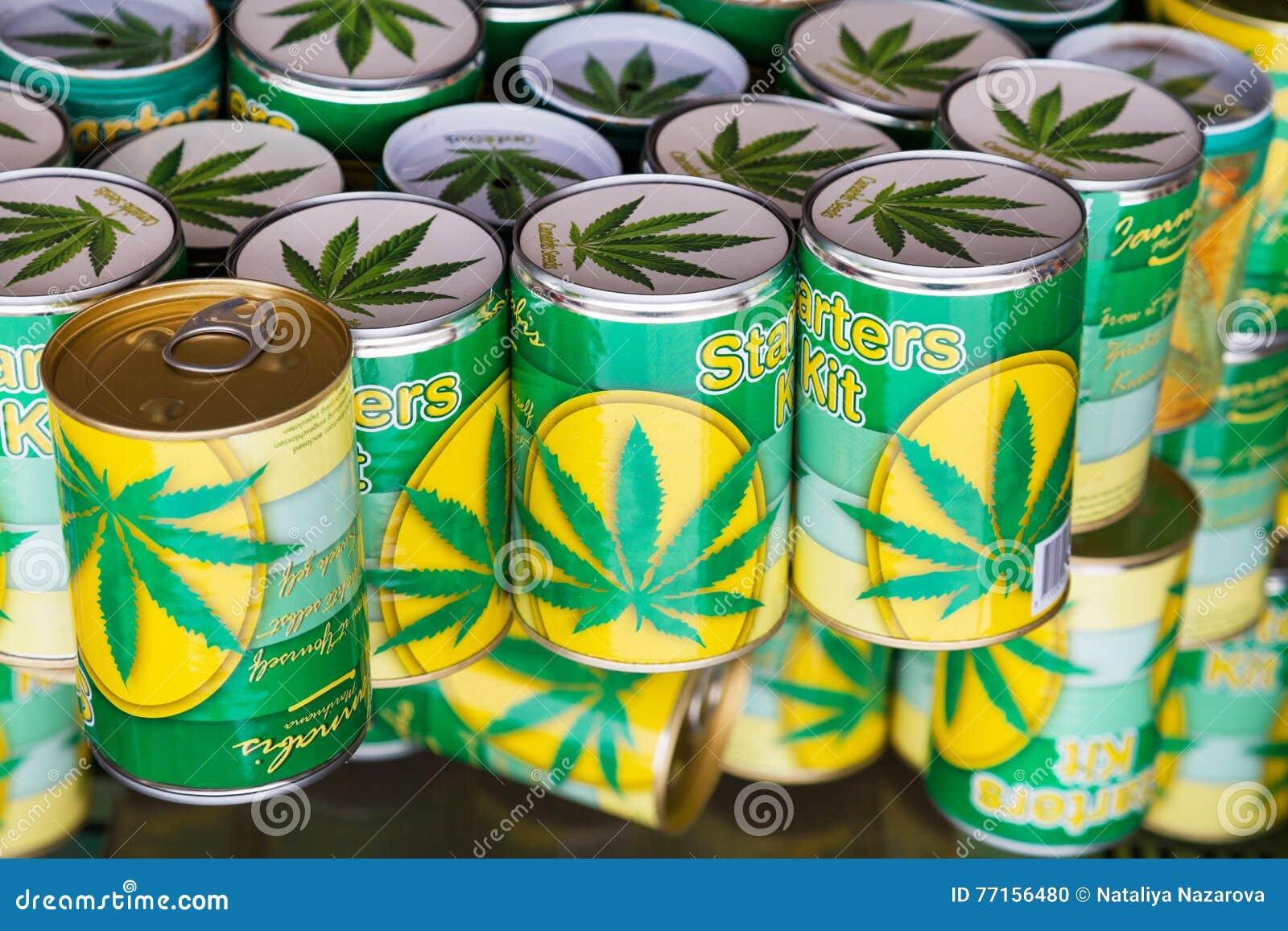 Boîtes avec des graines de cannabis à vendre sur un marché à Amsterdam