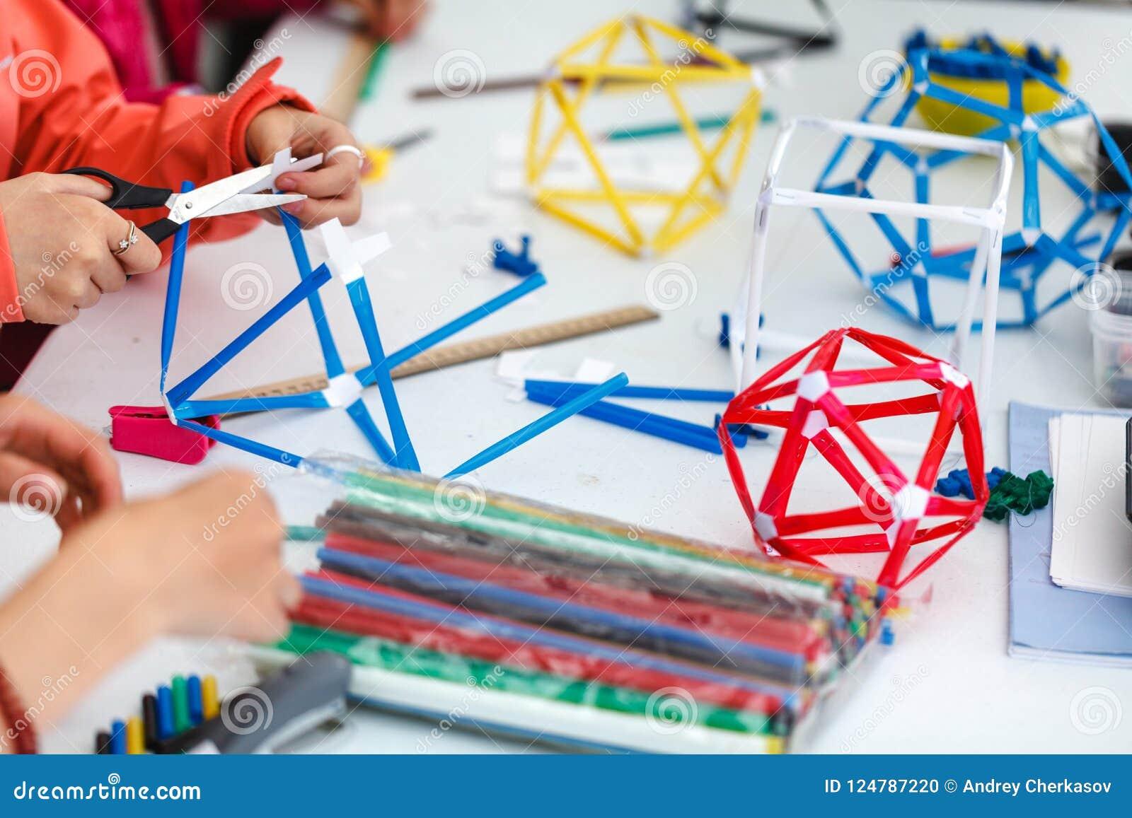 Boîtes colorées avec les bandes de papier, les inventions et la créativité pour c