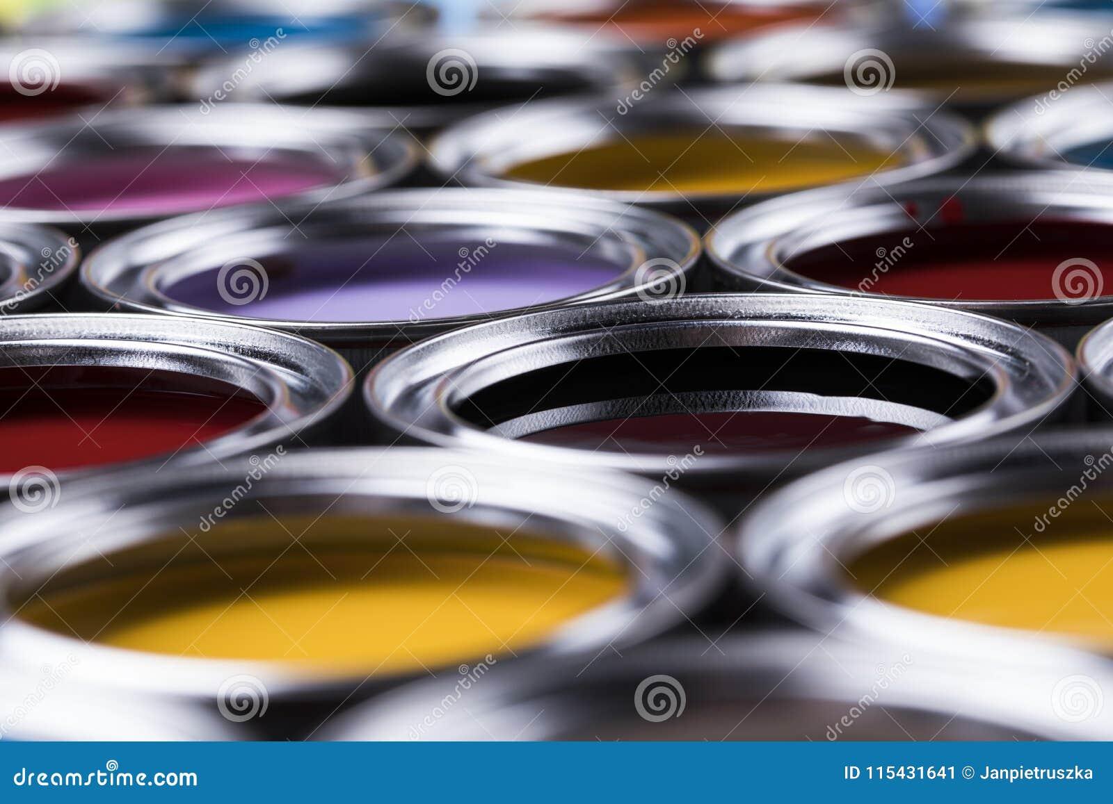 Boîtes colorées de peinture réglées
