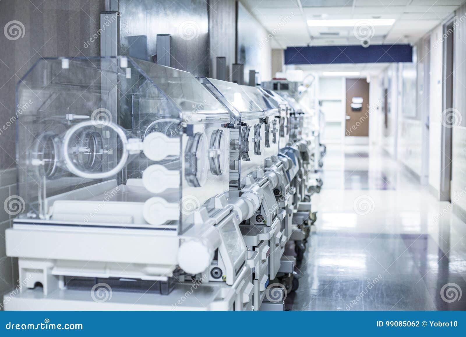 Boîtes d incubateur de nourrisson nouveau-né dans un couloir d hôpital