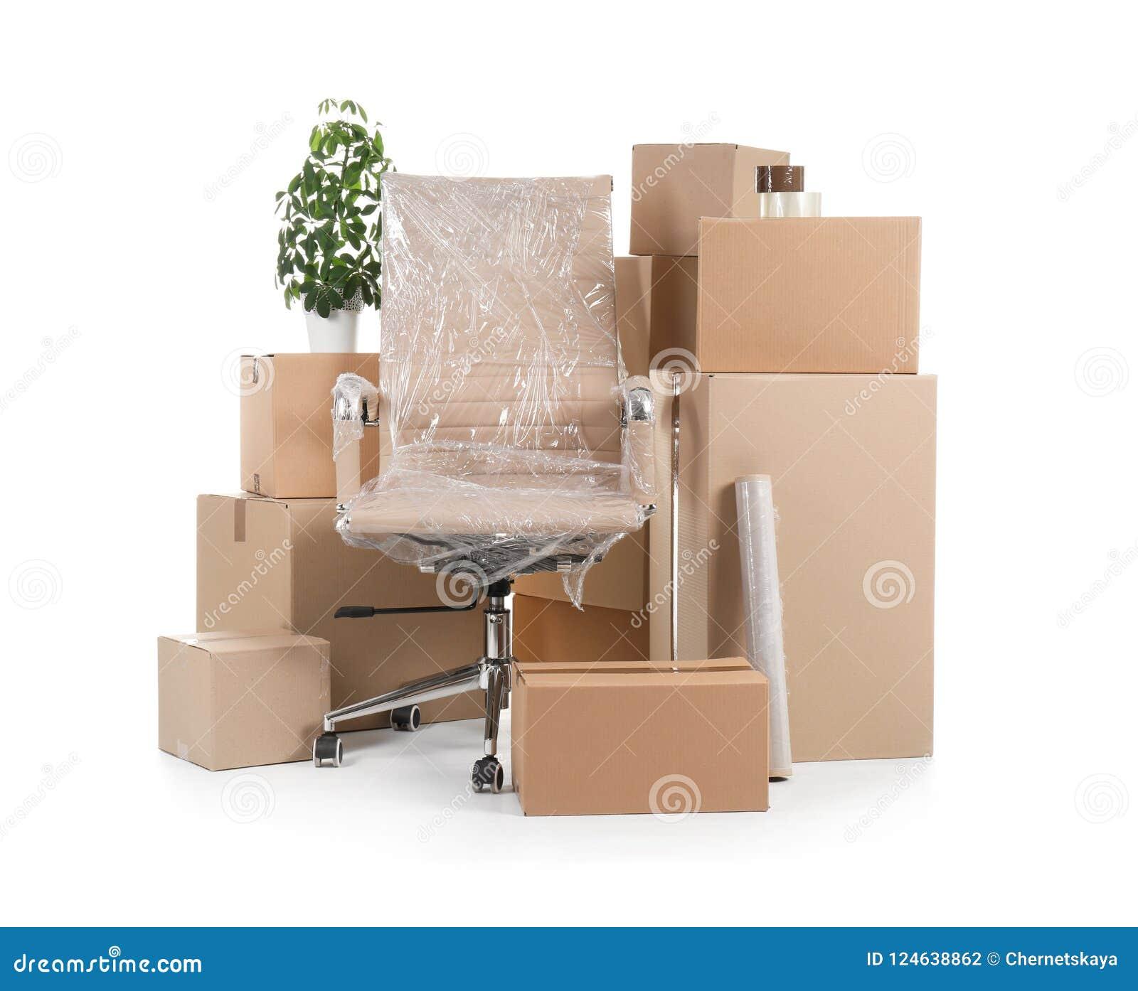 Boîtes en carton et substance de ménage sur le fond blanc