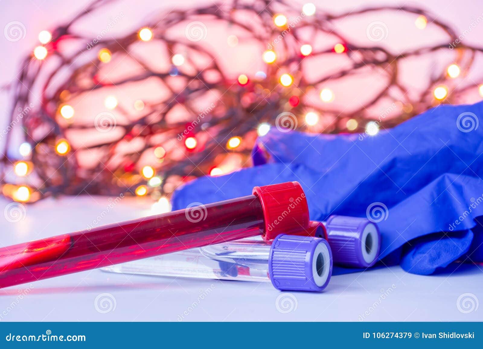 Boże Narodzenia i nowy rok w laboratorium medycznego i nauki Laboranckiego asystenta wyposażenie próbne tubki z krwią wewnątrz i