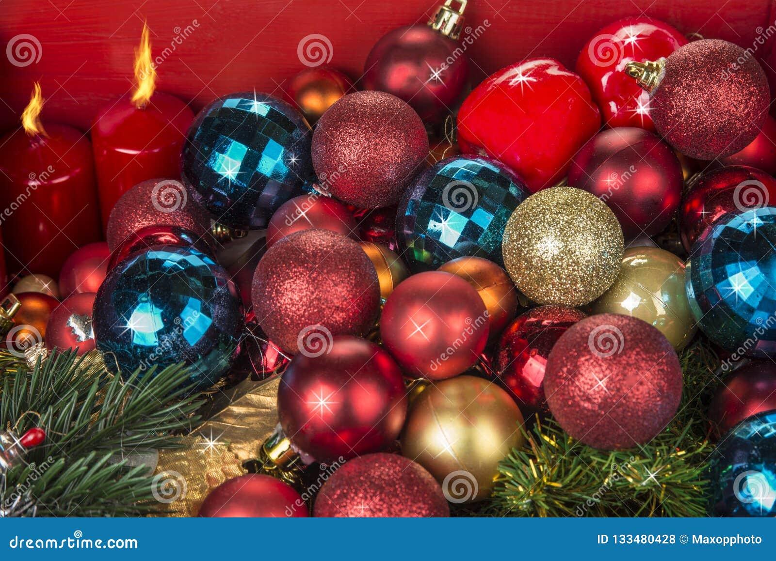 Boże Narodzenia, nowy rok dekoracji candels na czerwonym tle i piłki i