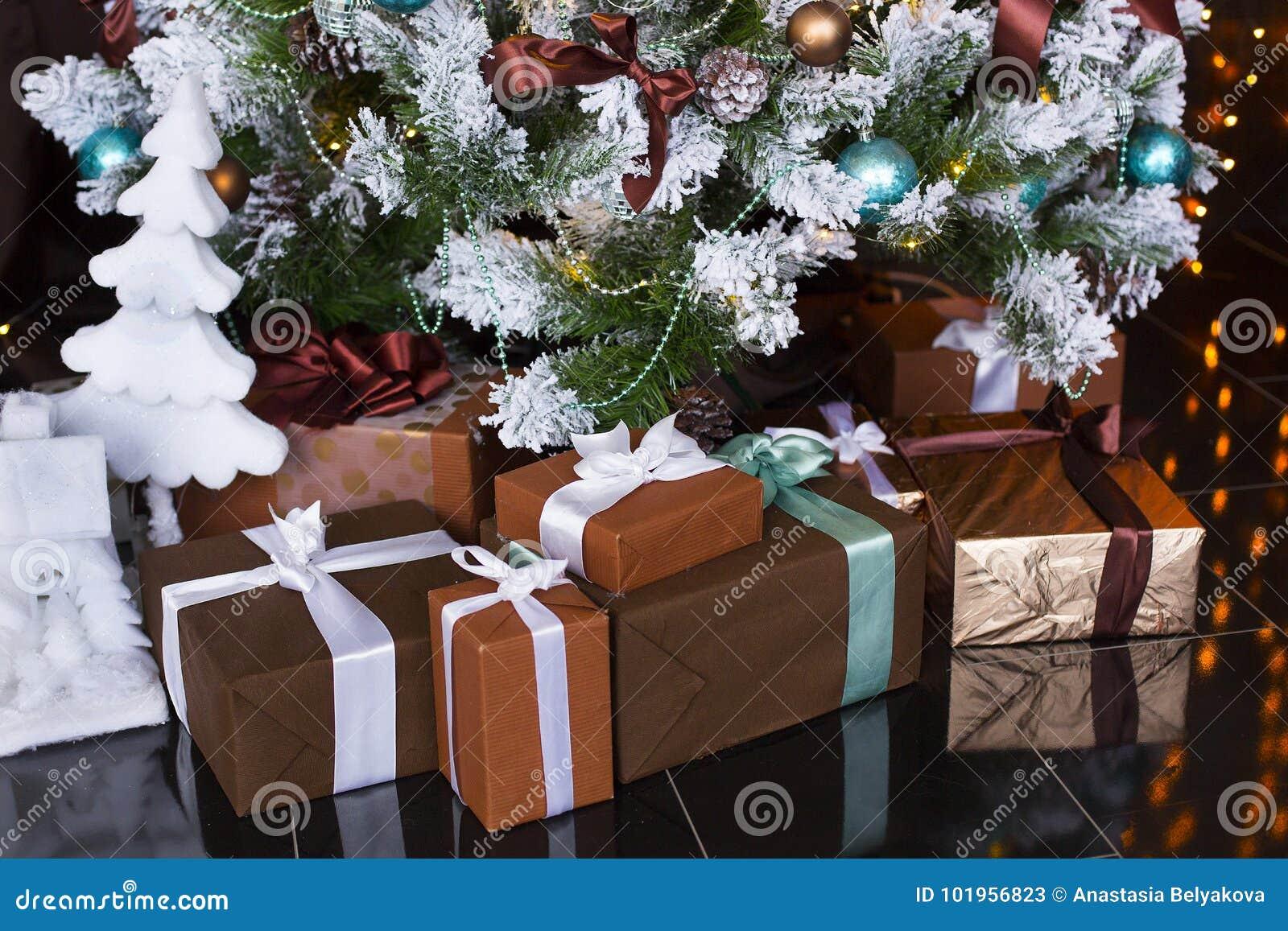 Boże Narodzenia, nowy rok prezenty pod ubierającą choinką lub teraźniejszość lub