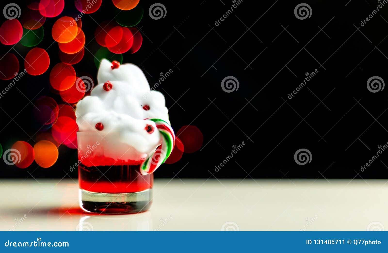 Boże Narodzenia piją strzał w strzału szkle na bokeh tle, Bożenarodzeniowa dekoracja na barze, xmas przyjęcie