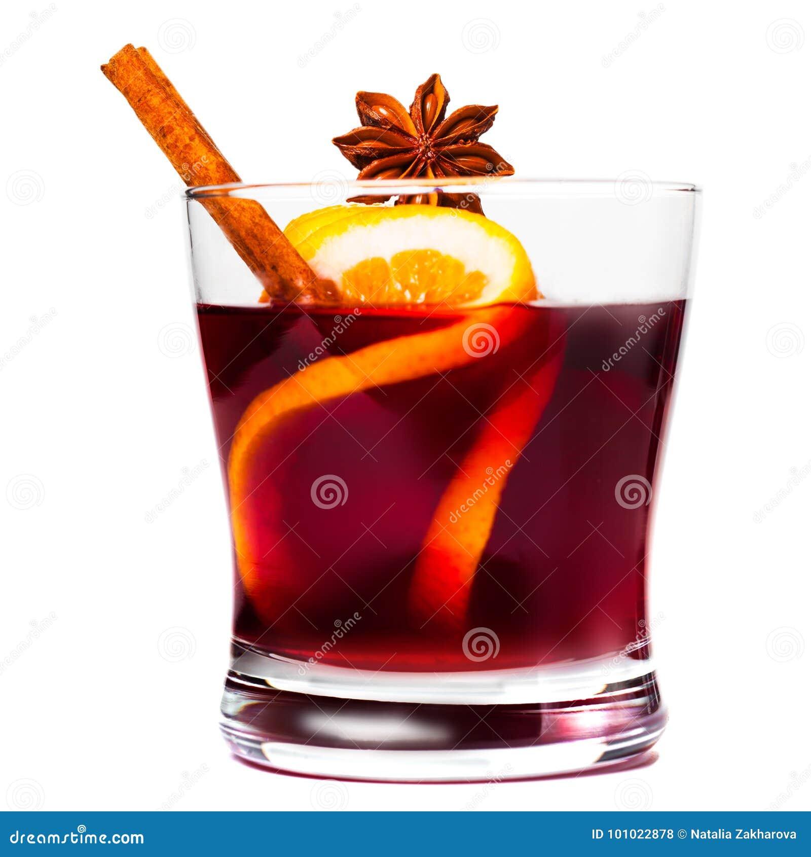 Boże Narodzenia rozmyślali wino odizolowywającego na białym tle Gorący wino lub gluhwein z pikantność