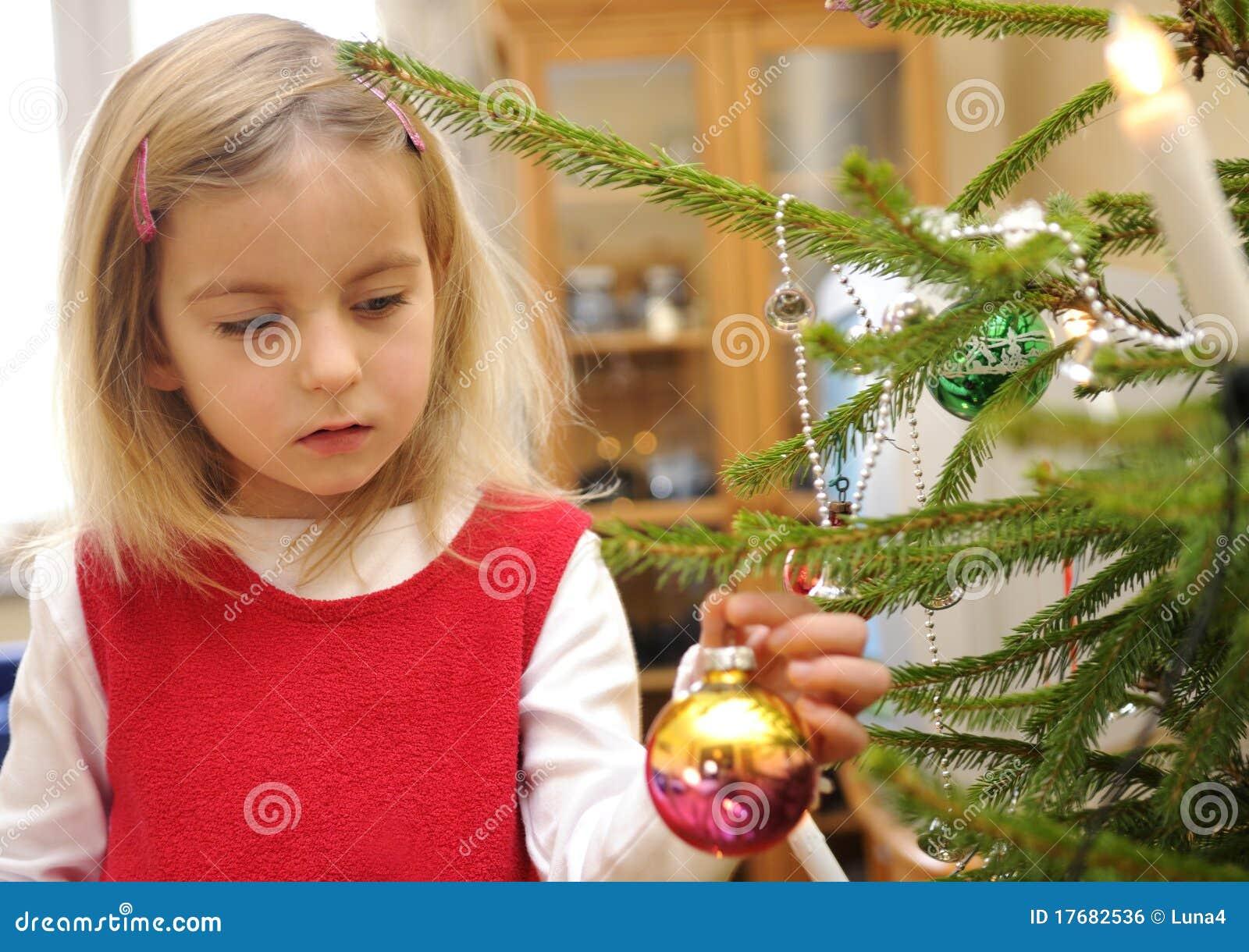 Boże narodzenia target821_0_ dziewczyny drzewa