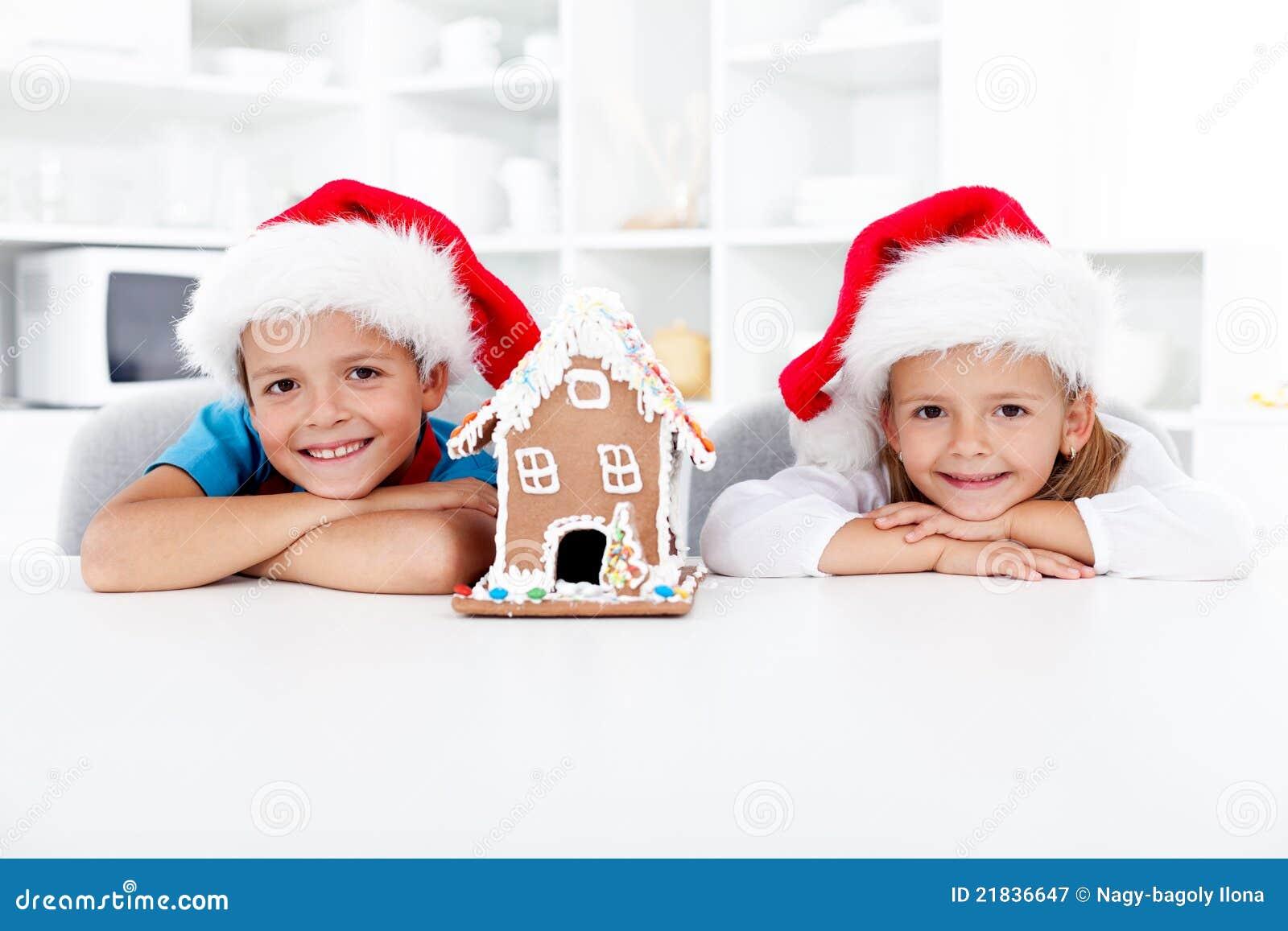 Boże narodzenie dzieciaki piernikowi szczęśliwi domowi