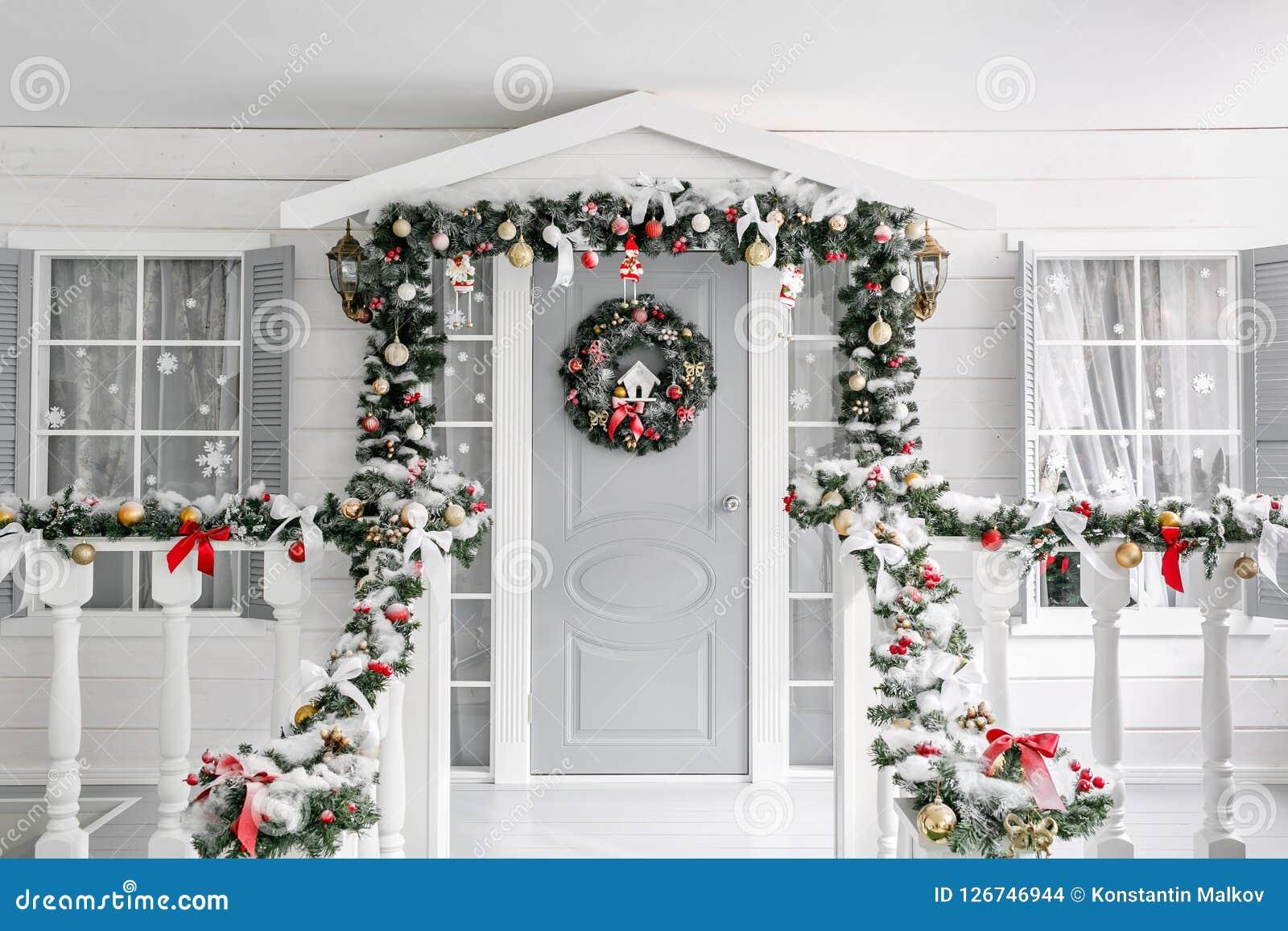 Boże narodzenie las moletował ranek śnieżnych śladów szeroką zima ganeczek mały dom z dekorującym drzwi z Bożenarodzeniowym wiank