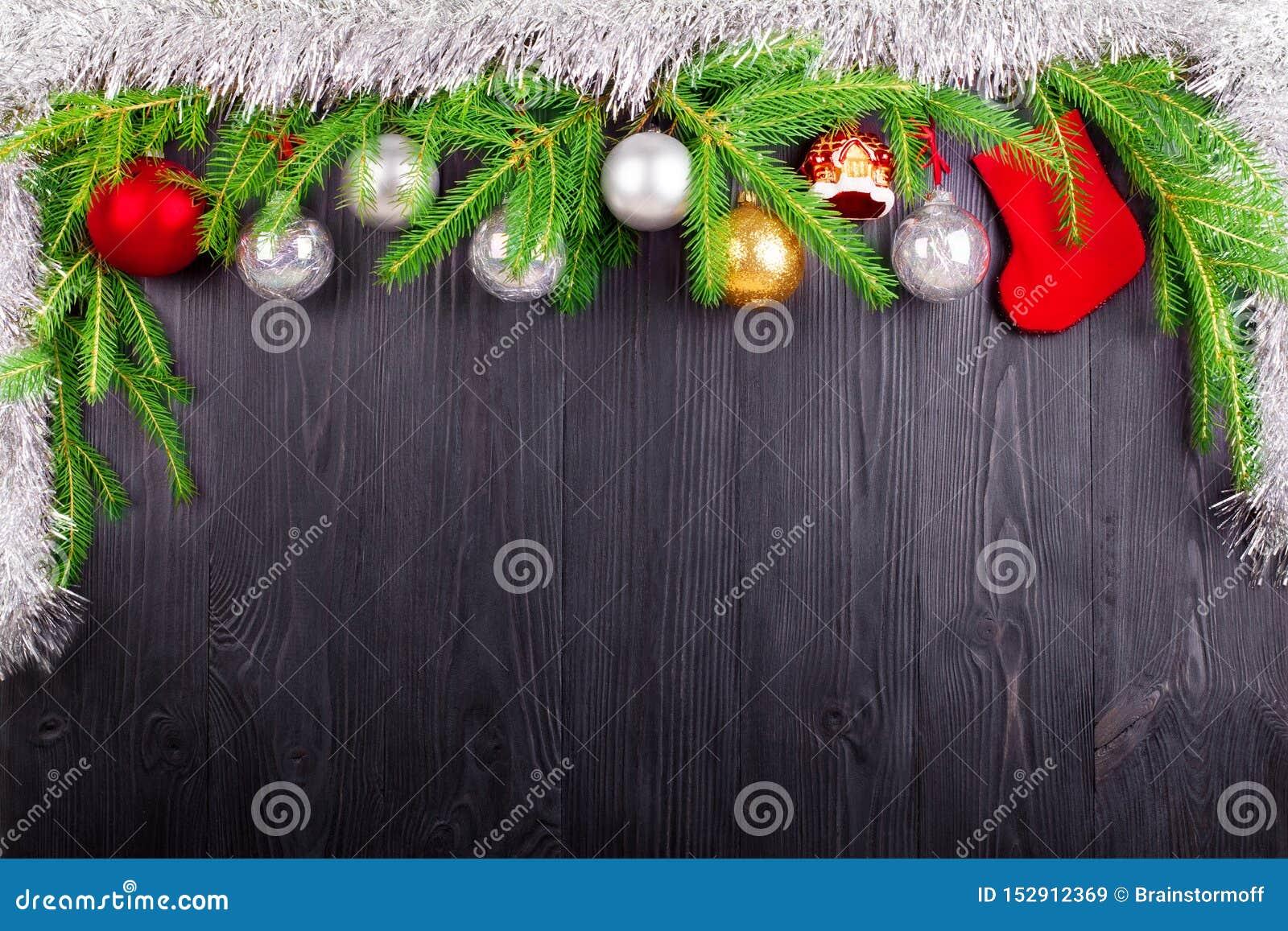Bożenarodzeniowa świąteczna granica na zielonej sośnie, nowy rok dekoracyjna rama, srebne piłek dekoracje, czerwona prezent skarp