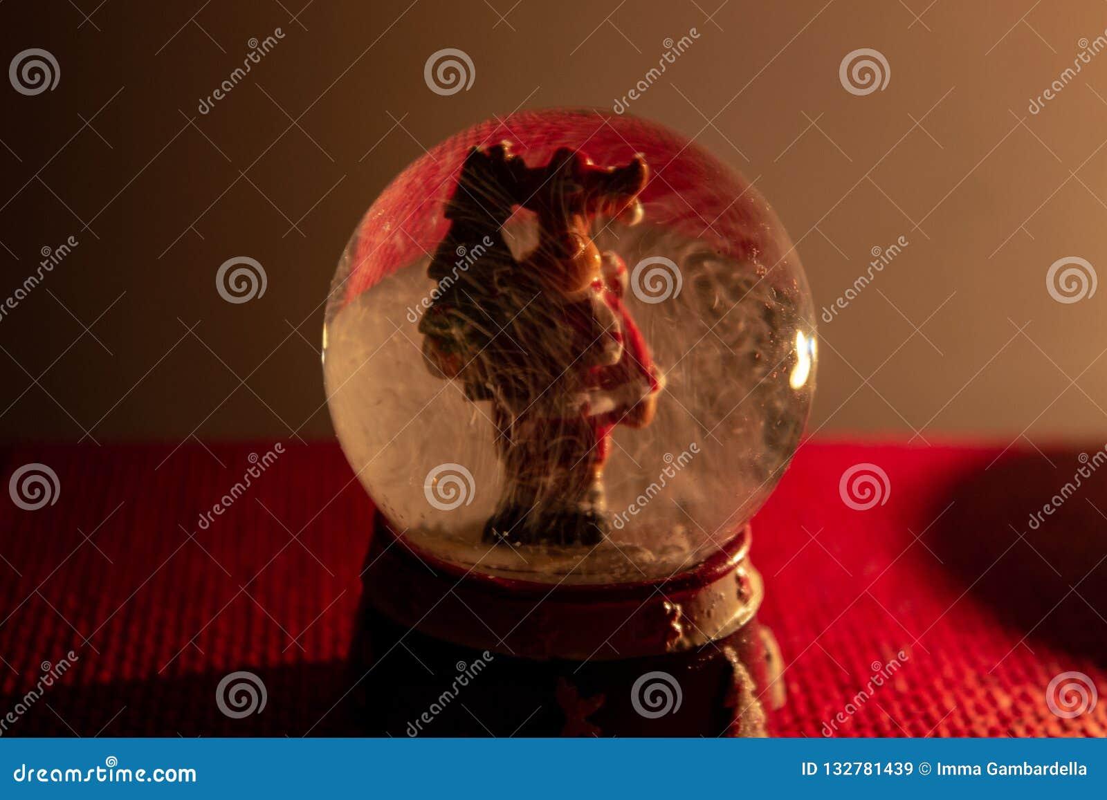 Bożenarodzeniowa atmosfera szklana piłka z reniferem wśrodku
