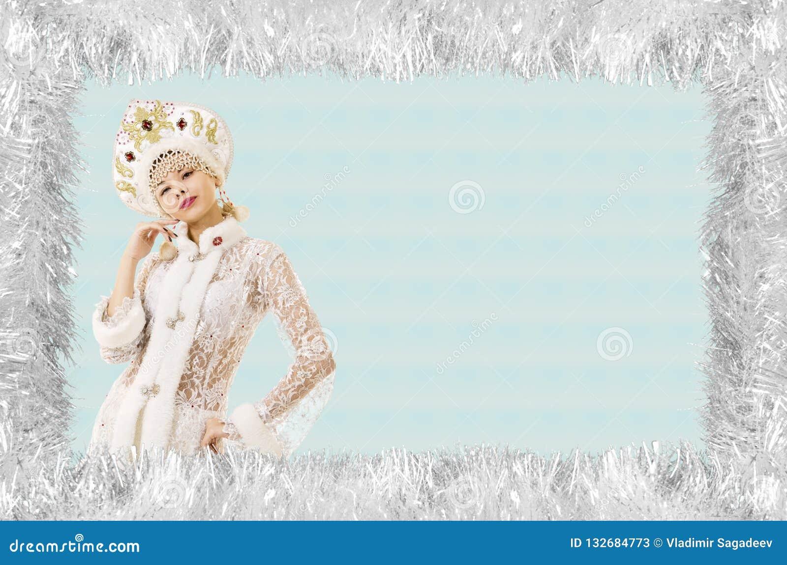 Bożenarodzeniowa boże narodzenie karta z piękną, młodą, uśmiechniętą kobietą ubierającą jako Święty Mikołaj, graniczący sosnowymi
