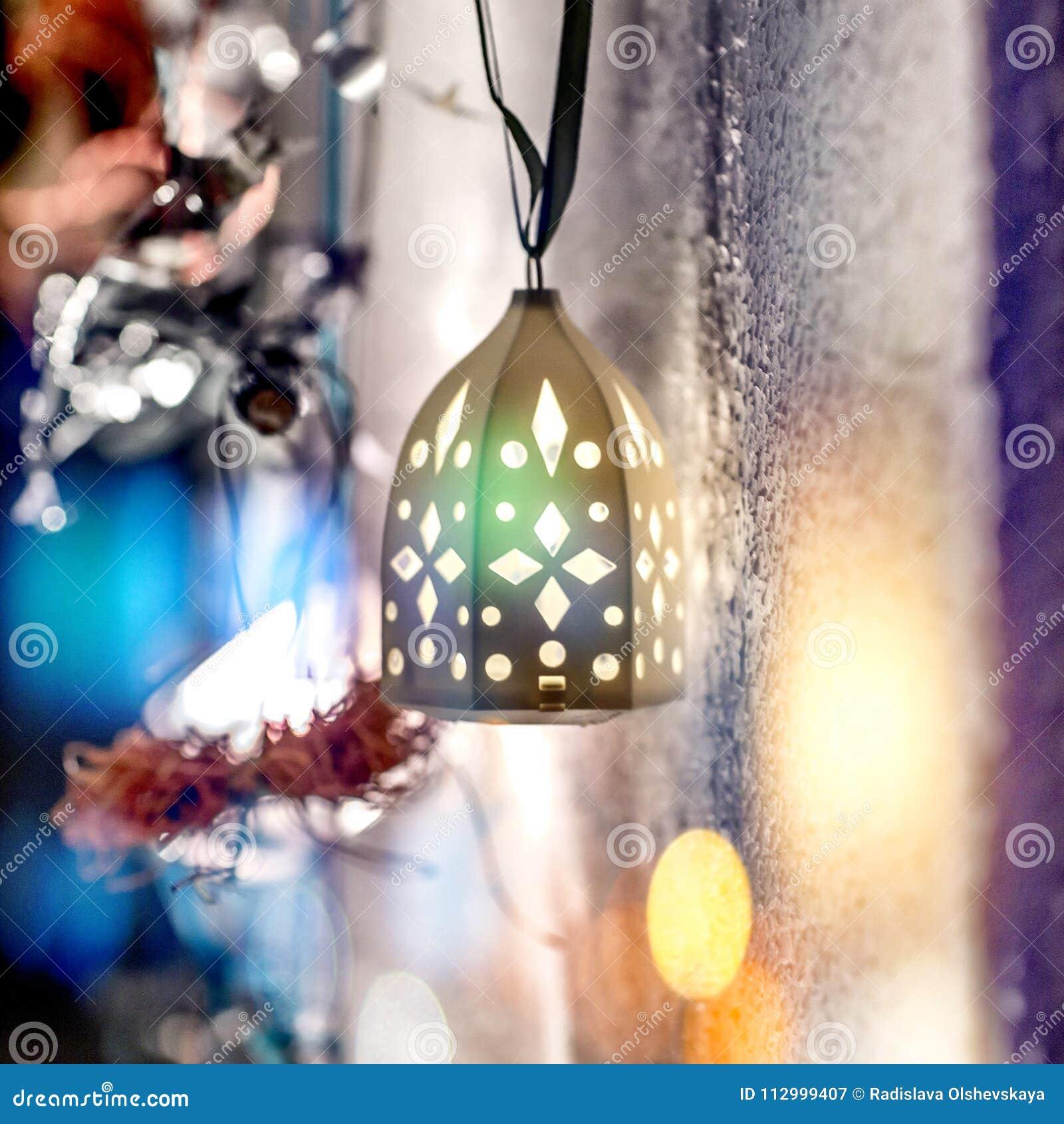 Bożenarodzeniowa lampa na zamazanym tle