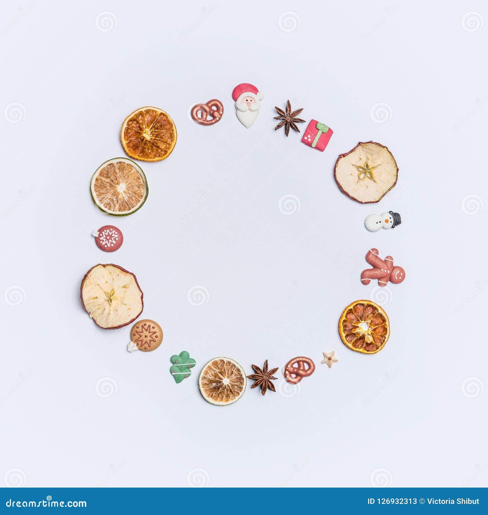 Bożenarodzeniowa round okrąg sława, wianek robić z lub wysuszonymi owoc, anyż gwiazdy i marcepanowe Bożenarodzeniowe wystrój post