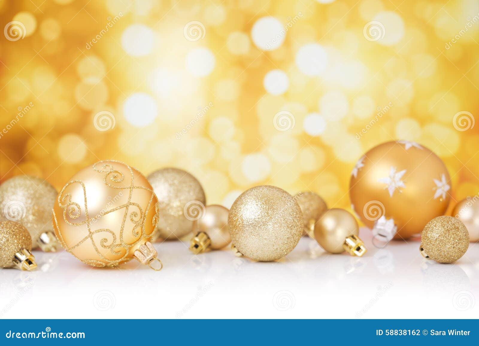 Bożenarodzeniowa scena z złocistymi baubles, złocisty tło