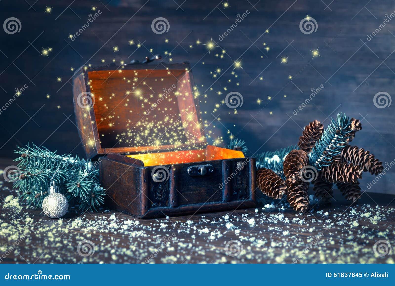 Bożenarodzeniowa zimy czarodziejka z cudem w rozpieczętowanym klatki piersiowej tle