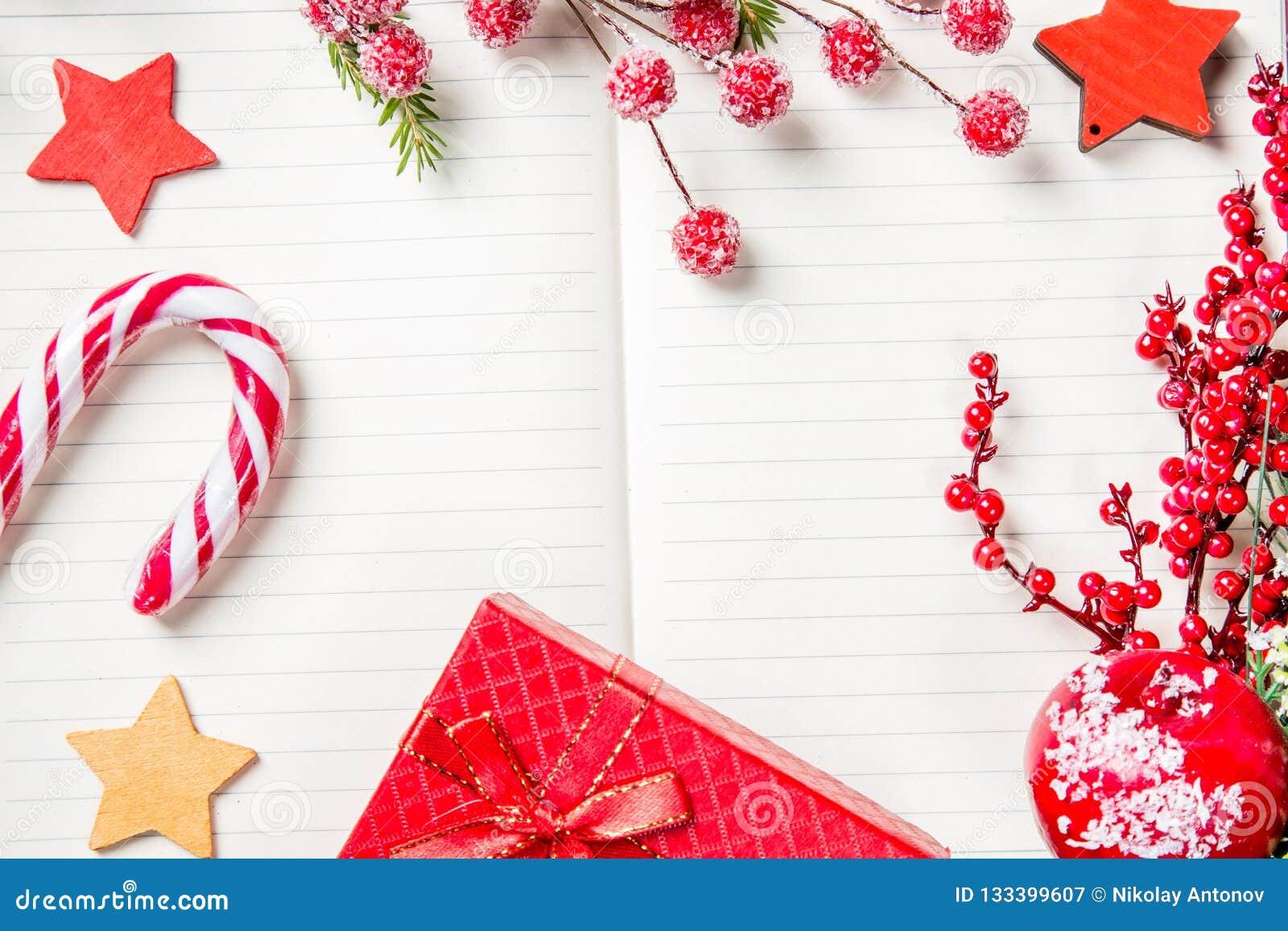 Bożenarodzeniowe dekoracje, cukierek trzcina, marznąć czerwone jagody, gwiazdy i prezent pudełkowata rama na notatniku, kopii prz