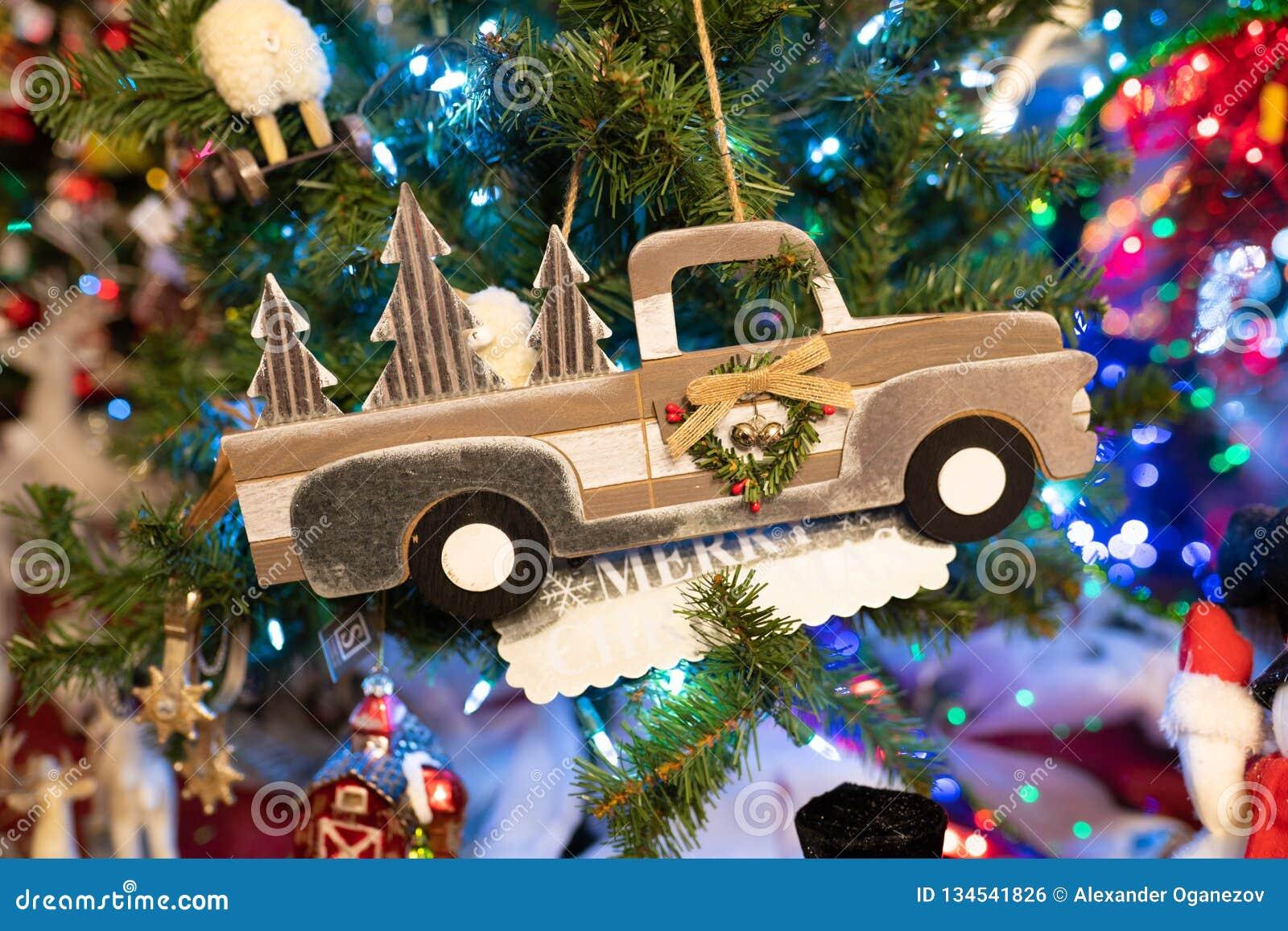 Bożenarodzeniowego pickup samochodowa dekoracja na drzewie