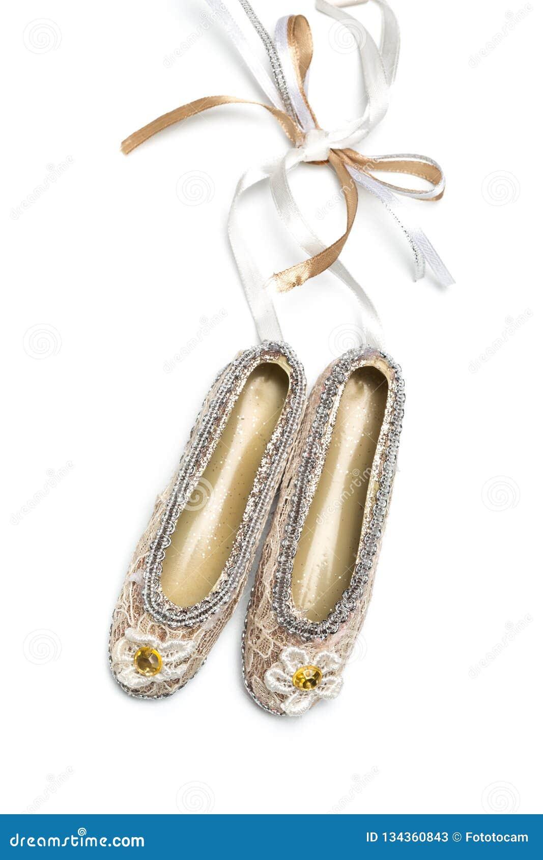 Bożenarodzeniowi dekoracji pointe buty na białym odosobnionym tle