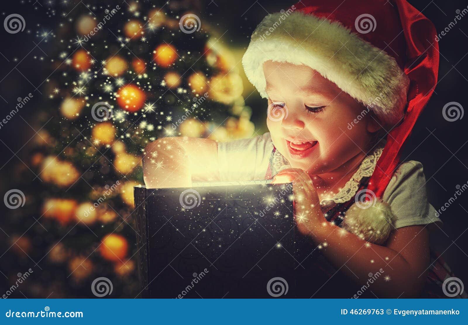 Bożenarodzeniowy cud, magiczny prezenta pudełko i dziecko dziewczynka,