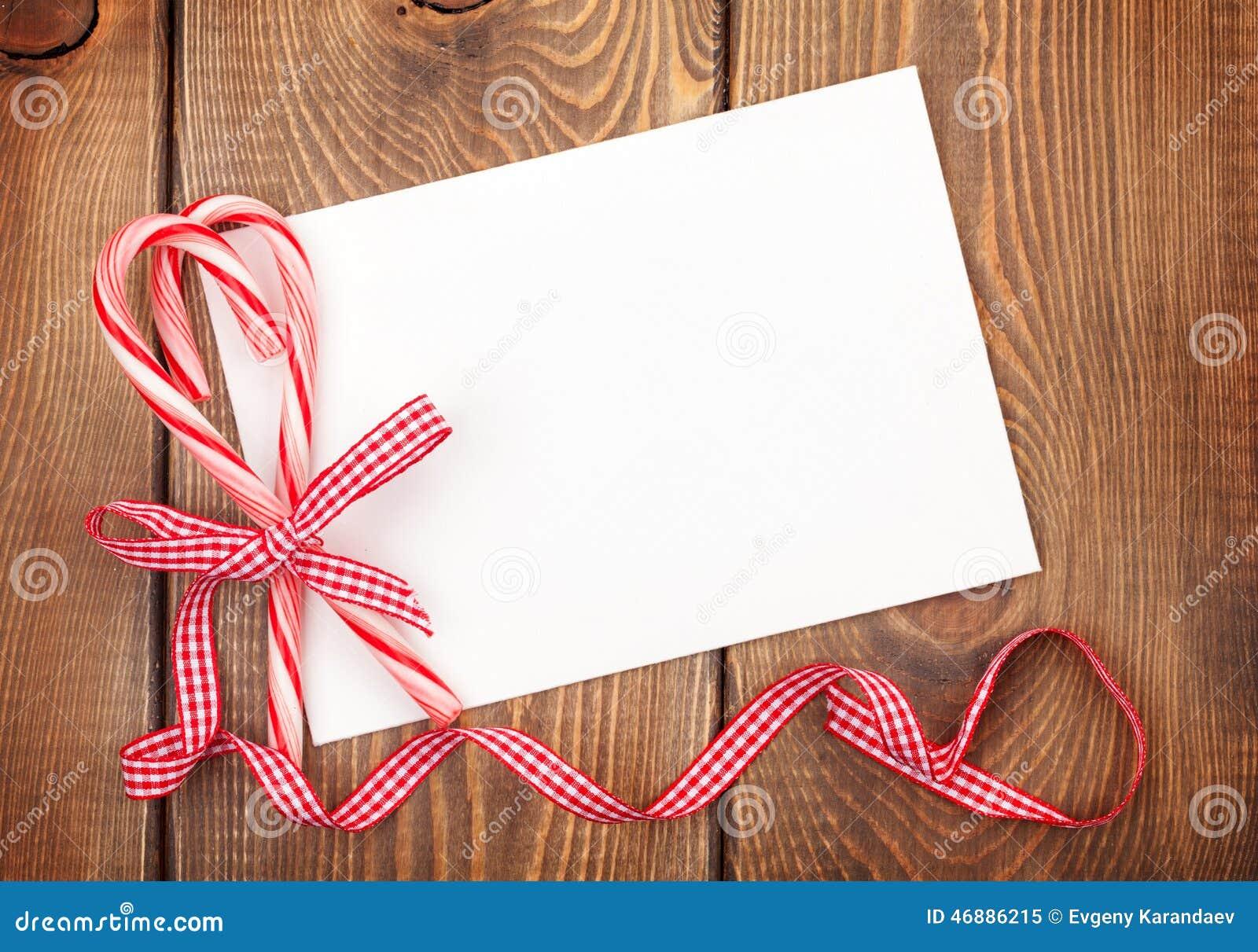 Bożenarodzeniowy kartka z pozdrowieniami lub fotografii rama nad drewnianym stołem z ca