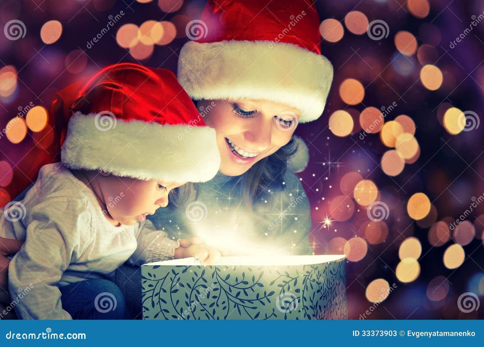 Bożenarodzeniowy magiczny prezenta pudełko, szczęśliwy rodziny dziecko i matka i
