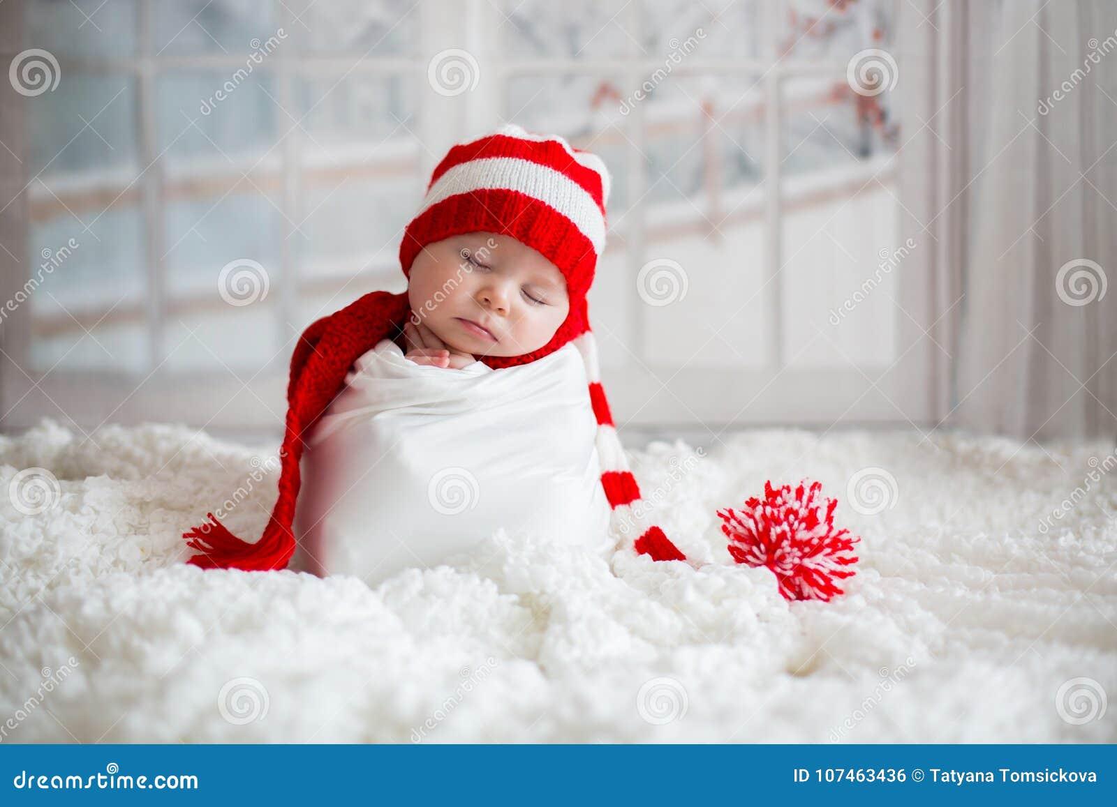Bożenarodzeniowy portret śliczna mała nowonarodzona chłopiec, być ubranym sant