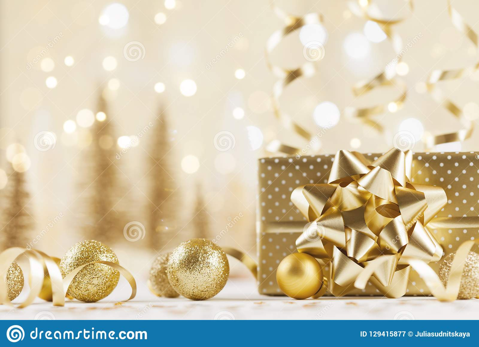Bożenarodzeniowy prezenta pudełko przeciw złotemu bokeh tłu 3d amerykanina karty kolorów wybuchu flaga powitania wakacje pisze li
