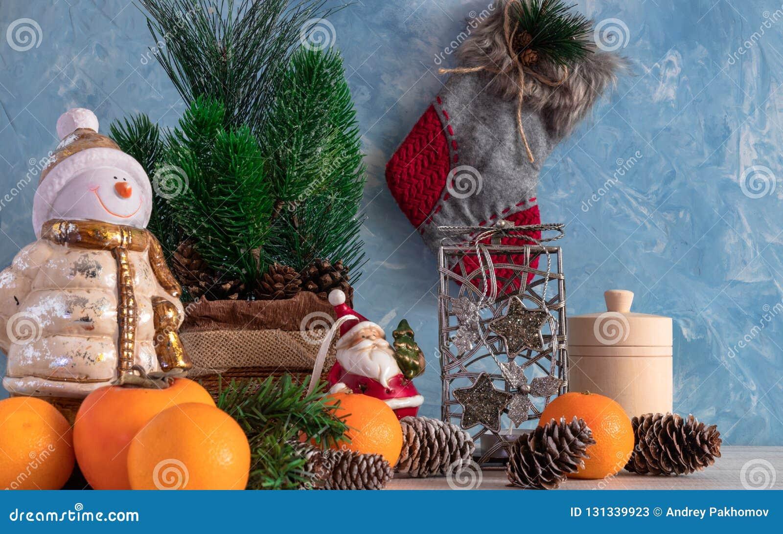 Bożenarodzeniowy skład boże narodzenia protestuje z choinką i bałwanem Nowego Roku ` s dekoracja Tangerines z persimmon